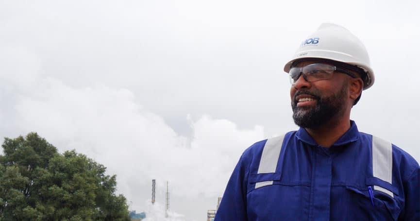 Ivan Bendt aan het werk bij een industriële plant